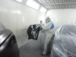 Процесс покраски заднего бампера на Форд Мондео
